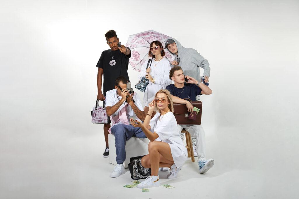 eine Gruppe junger Menschen in Alex Zierhut's Kleidung